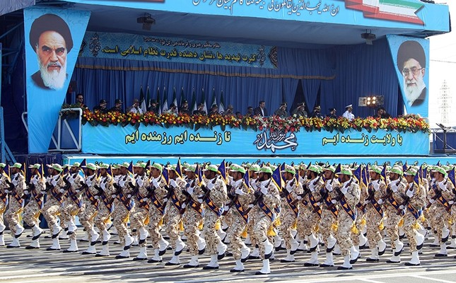 Iran's elite Revolutionary Guards march during an annual military parade which marks Iran's eight-year war with Iraq, in the capital Tehran, on Sept. 21, 2012. (AFP Photo)