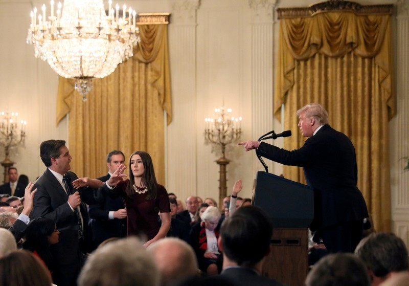 A White House staff member reaches for the microphone held by CNN's Jim Acosta as he questions U.S. President Donald Trump during a news conference following midterm congressional elections at the White House, Nov. 7, 2018 (Reuters Photo)