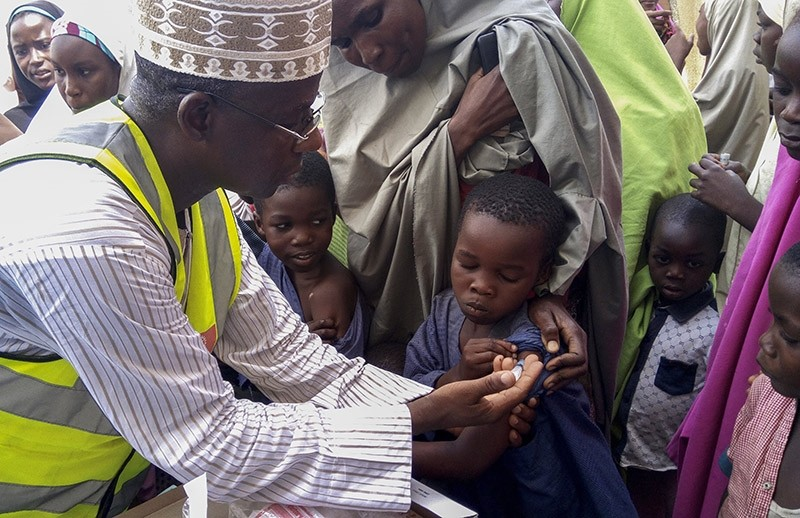 Nigerian Doctor Rilwanu Mohammed (L) Executive Secretary of the Federal capital Primary Health Care Development Board vaccinates a resident for Meningitis in Dakwa village, Bwari, Nigeria, 04 April 2017. (EPA Photo)
