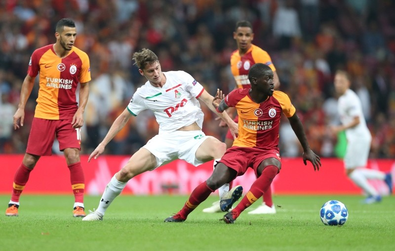 Galatasaray's Badou Ndiaye (R) in action against Lokomotiv Moscow's Aleksie Miranchuk (L) during the UEFA Champions League Group D soccer match between Galatasaray Istanbul and Lokomotiv Moscow, in Istanbul, Turkey, 18 September 2018. (EPA Photo)