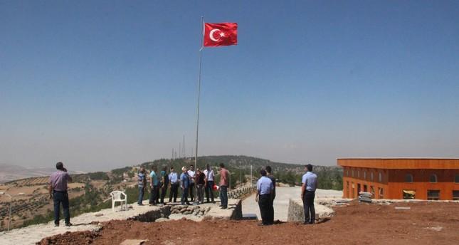 نصب أعلام تركية كبيرة مقابل مناطق يسيطر عليها تنظيم ب ي د الإرهابي