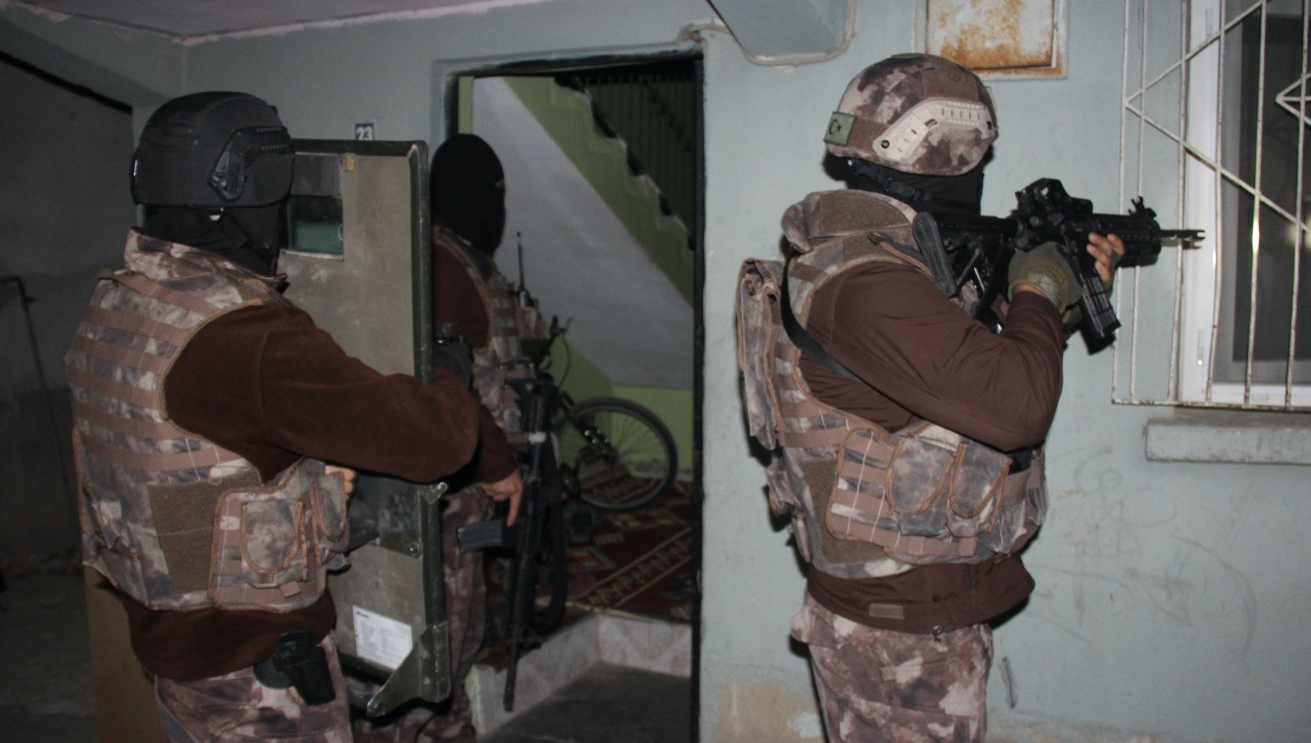 Counterterrorism police raid a house to capture Daesh suspects in the southern city of Adana in this undated photo. Some 2,000 suspects were arrested and 7,000 others were deported in operations against Daesh.