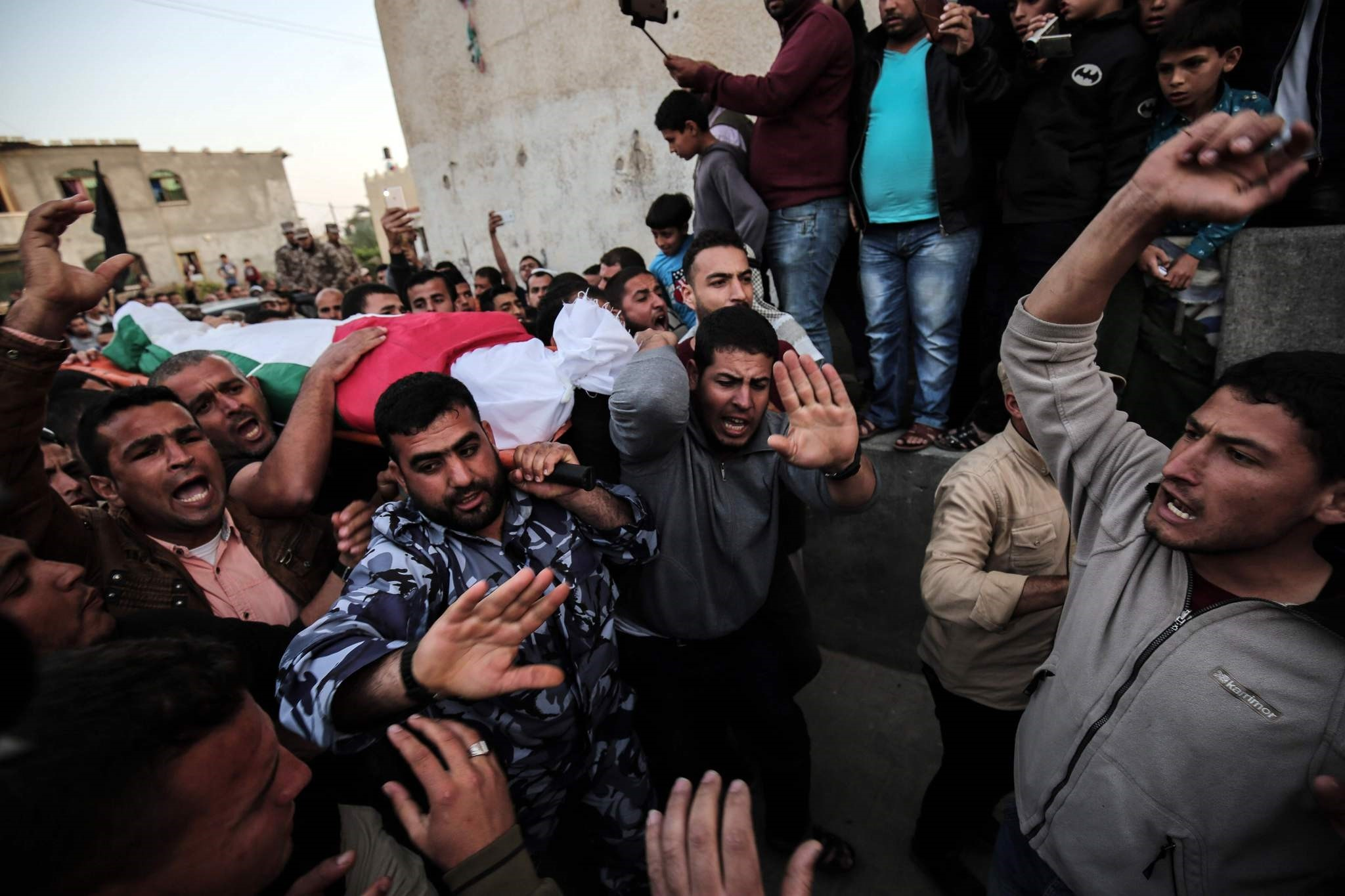 Palestinian mourners carry the body of Osama Qudeih, who was killed by Israeli forces on the Israeli-Gaza border, during his funeral in Khan Yunis, in the southern Gaza Strip, on April 6, 2018. (AFP PHOTO)