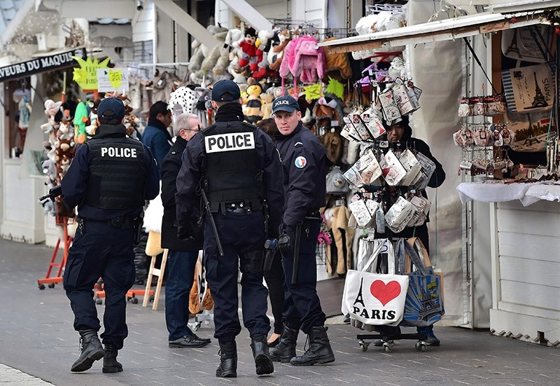 French police officers secure a Christmas market on the Champs Elysees avenue in Paris on December 20, 2016 as part of security measures in the aftermath of an attack in Berlin. (AFP Photo)