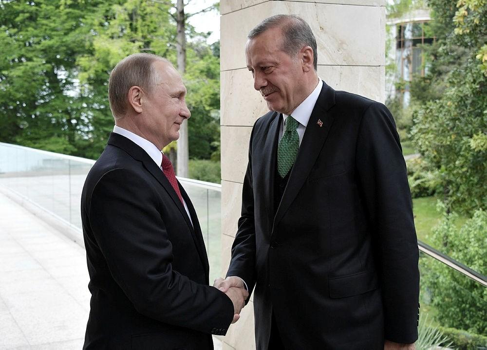 Russian President Vladimir Putin (L) shakes hands with President Recep Tayyip Erdogan during their meeting at the Bocharov Ruchei residence in the Black sea resort of Sochi, Russia, May 3, 2017. (EPA Photo)