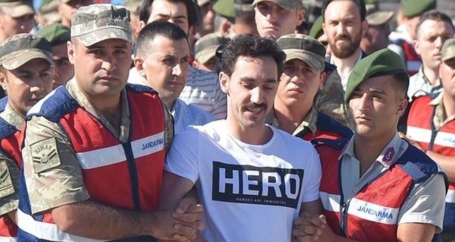 """FETO-Putschist trägt vor Gericht grinsend ein """"Hero""""-T-Shirt"""