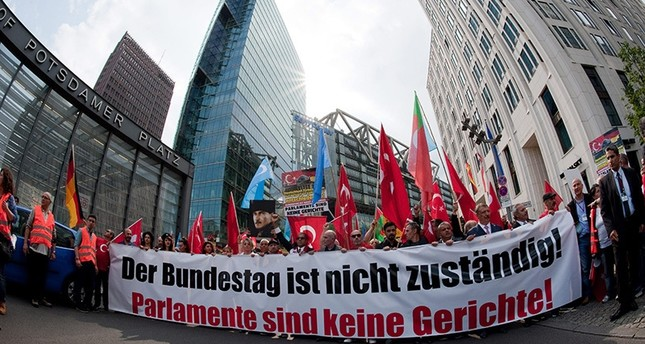 Demonstrators hold up a banner reading 'The Bundestag is not responsible! Parliaments are not courts!' on Potsdamer Platz in Berlin, Germany, 28 May 2016. (EPA Photo)