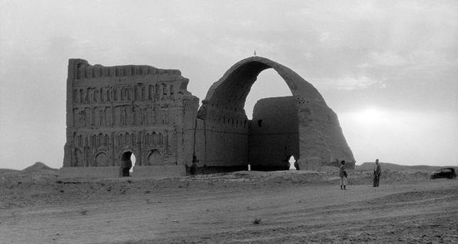 إيوان المدائن أو طاق كسرى؛ هو الأثر الباقي من أحد قصور كسرى آنوشروان، في جنوب العاصمة العراقية بغداد (من الأرشيف)
