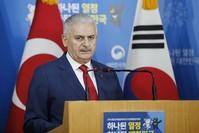 يلدرم في مؤتمر صحفي مشترك مع نظيره الكوري الجنوبي (الأناضول)