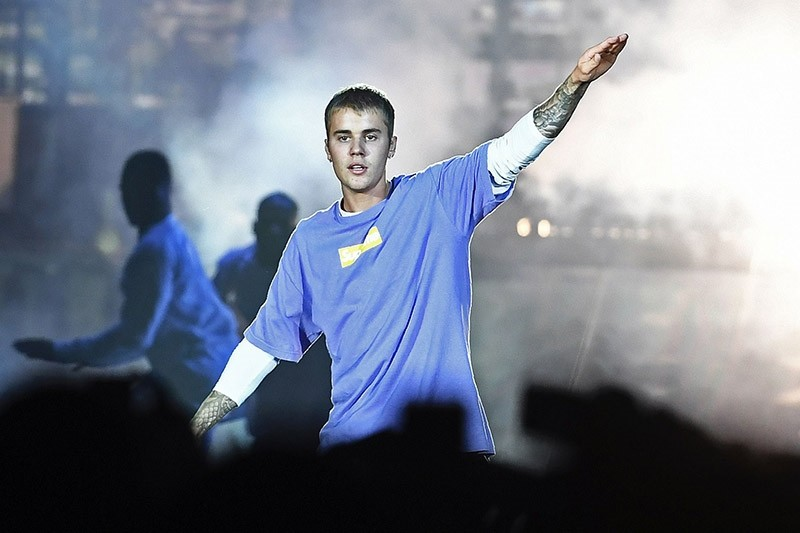 Canadian singer Justin Bieber performs on stage at the AccorHotels Arena in Paris on September 20, 2016. (AFP Photo)