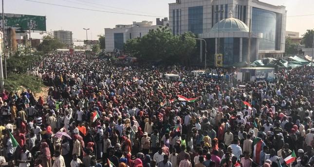الجيش السوداني يحاول فض اعتصام المتظاهرين أمام القيادة العامة بالخرطوم