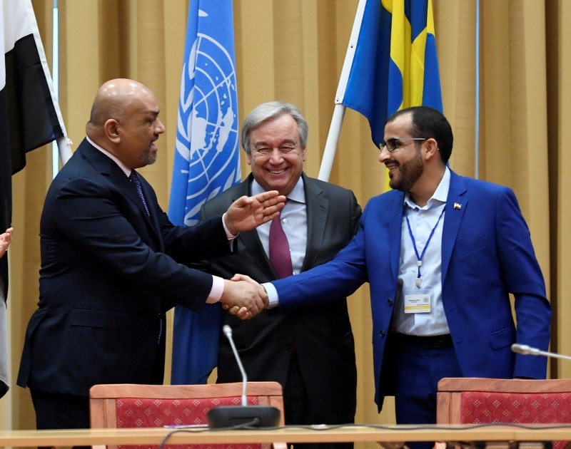 Head of delegation for rebel forces known as Houthis and Yemen Foreign Minister shake hands together with UN Secretary-General during the Yemen peace talks closing news conference at the Johannesberg castle in Rimbo, Sweden, Dec. 13, 2018. (AP Photo)
