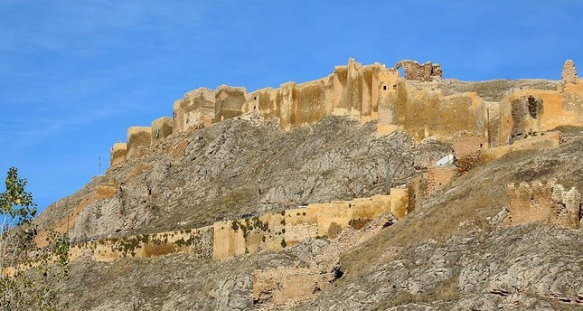 Bayburt Castle will regain its old appearance with purple and blue tiles.