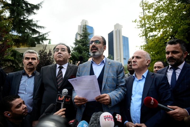Head of the Turkish - Arab Media Association Turan Kislakci (C) speaks to media in front of the Saudi Arabian consulate in Istanbul, October 20, 2018. (DHA Photo)