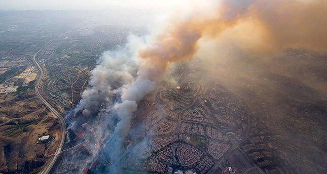 A wildfire moves closer to North Tustin homes along the 261 freeway in Tustin, Calif., Monday, Oct. 9, 2017 (AP Photo)