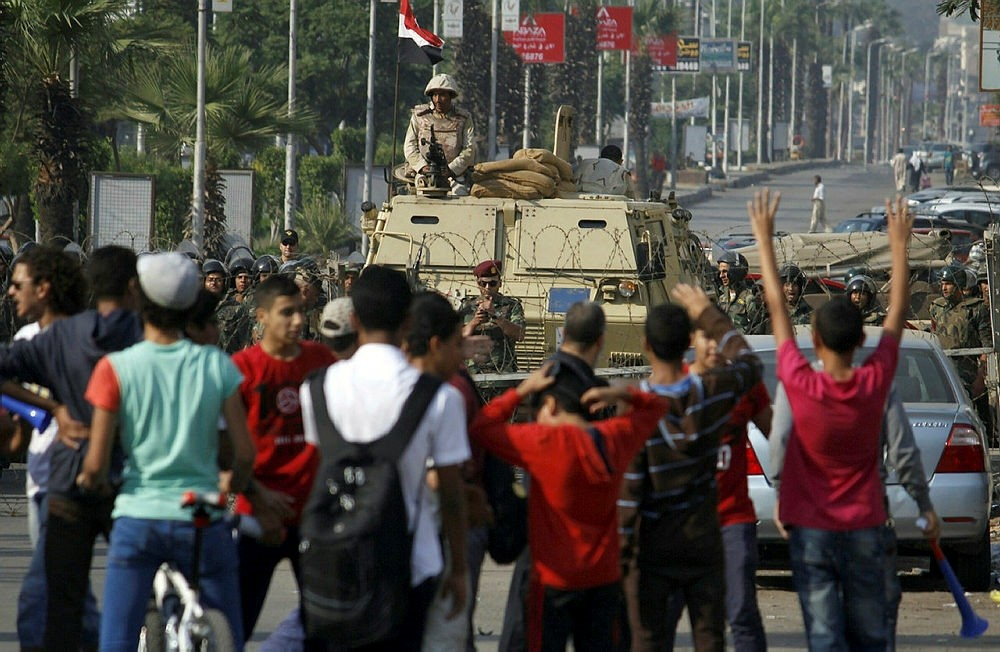 Egyptian army's soldiers stand guard in Cairo's eastern Nasr City district on October 11, 2013, as supporters of Egyptian ousted president Mohamed Morsi demonstrate against the military. (AFP Photo)