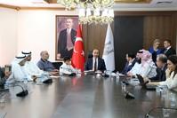 اجتماع مسؤولون من الجمعيات الخيرية الكويتية مع والي شانلي أورفا (الأناضول)