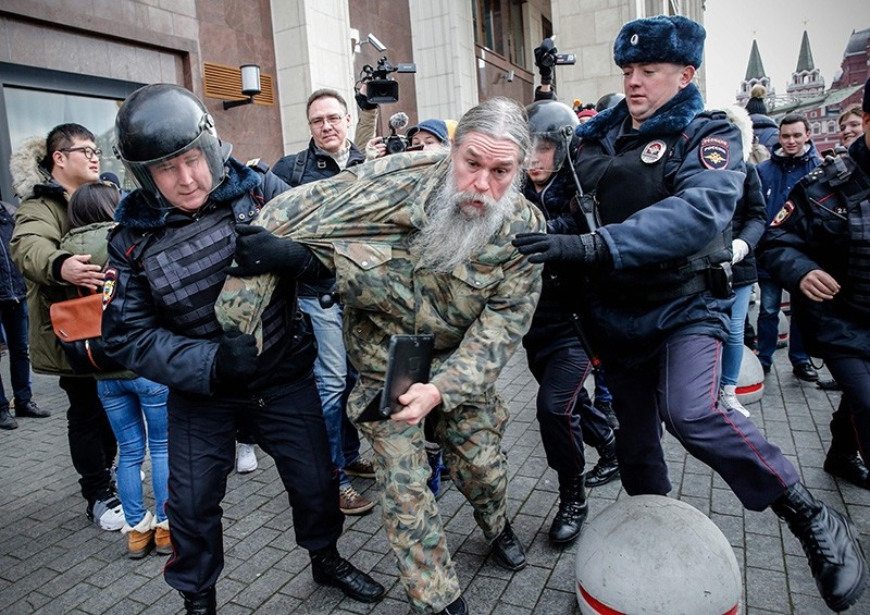 Russian riot police detain an opposition activist during a protest rally in central Moscow on November 5, 2017. (AFP Photo)