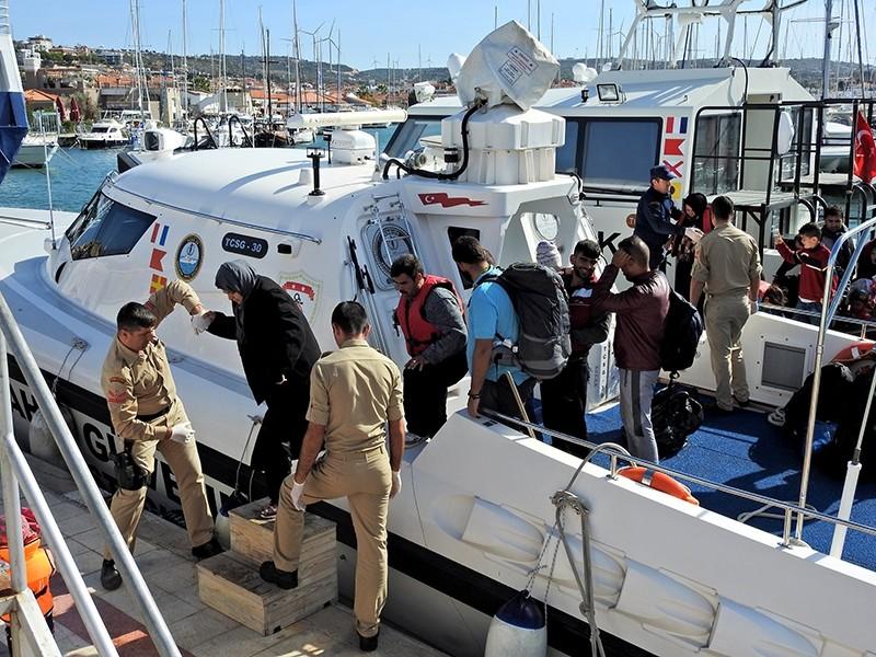 Greece-bound migrants getting off the coast guard boat in Turkey's Izmir, Nov. 1, 2017 (IHA Photo)