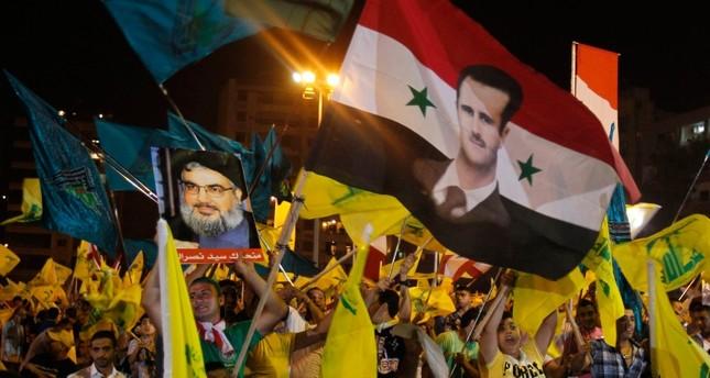 مناصرون لحزب الله اللبناني يرفعون صور رئيس النظام السوري وحسن نصر الله (من الأرشيف)