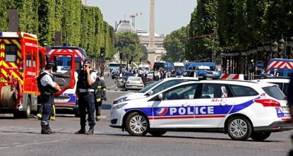 pAuf dem Pariser Prachtboulevard Champs-Elysées ist am Montag ein Auto in ein Polizeifahrzeug gefahren. Dabei sei niemand verletzt worden, der Fahrer des Autos sei aber bewusstlos, verlautete aus...