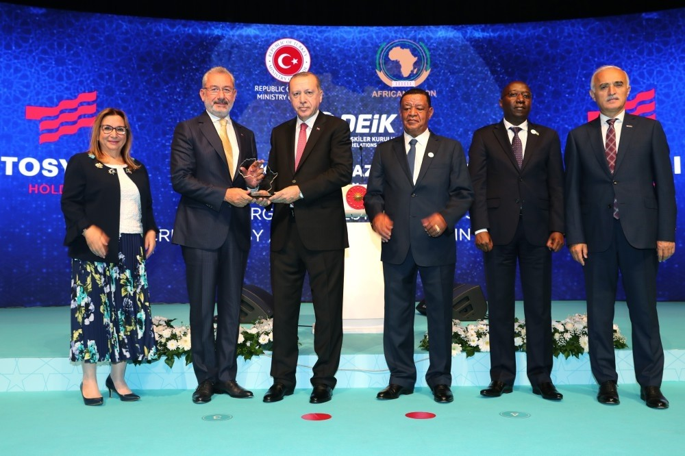 President Recep Tayyip Erdou011fan presents a plaque to Tosyalu0131 Holding Chairman Fuat Tosyalu0131 for the company's contribution to the Turkish-African economic partnership, at the Turkey-Africa Economic and Business Forum in Istanbul, Oct. 10.