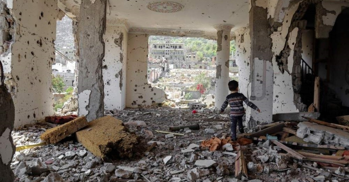 A Yemeni child walks in the rubble of a building destroyed in an airstrike, Taez, March 18, 2018. (AFP Photo)