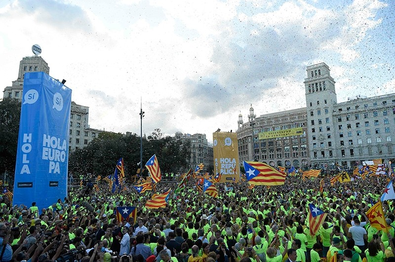 People wave 'Esteladas' (pro-independence Catalan flags) as they gather during a pro-independence demonstration, on September 11, 2017 in Barcelona during the National Day of Catalonia, the ,Diada., (AFP Photo)