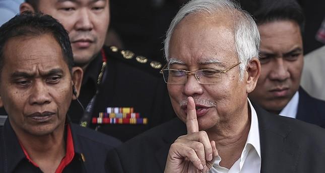 رئيس الوزراء الماليزي السابق خلال مغادرته مقر لجنة مكافحة الفساد