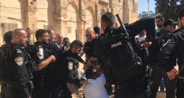 الشرطة الإسرائيلية تعتدي بالضرب على حراس ومصلين في المسجد الأقصى