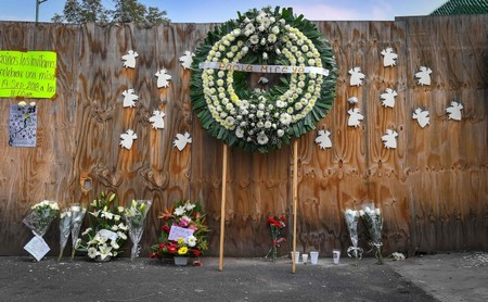 Flowers remain outside the Rebsamen school in Mexico City on September 19, 2018, where 19 children and seven adults died during the September 19, 2017 quake. (AFP Photo)