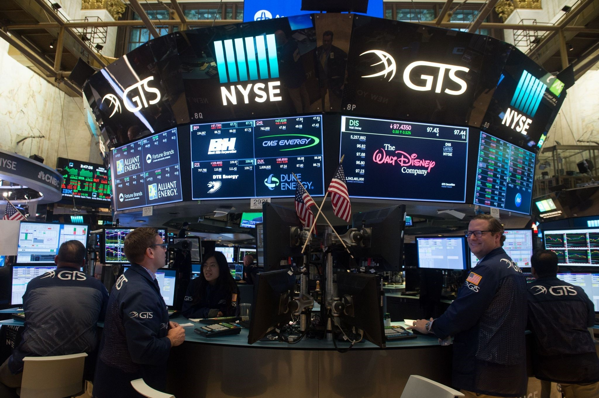 Traders work on the floor at the closing bell of the Dow Industrial Average at the New York Stock Exchange on October 13, 2017 in New York. (AFP Photo)