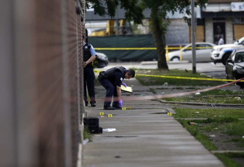 Chicago Police officers and detectives investigate a shooting where multiple people were shot on Sunday, August 5, 2018 in Chicago, Illinois. (AFP Photo)
