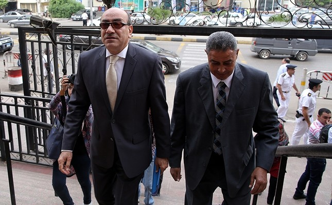 Former head of the Central Auditing Organization (CAO) Hisham Genena (L) arrives to the State Council courthouse, Cairo, Egypt, Oct. 25, 2016. (EPA Photo)