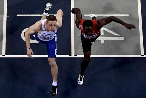 Volko (L) competes to win ahead of Barnes in the men's 60m final event. (AFP)