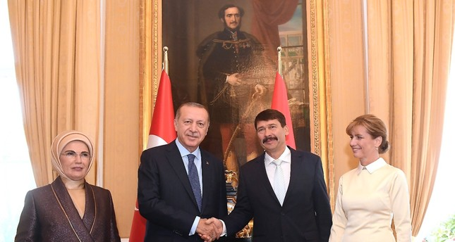President Recep Tayyip Erdoğan shakes hands with Hungarian President Janos Ader as their wives Emine Erdoğan (L) and Anita Herczegh (R) look on during their meeting at the presidential Alexander Palace in Budapest, yesterday.