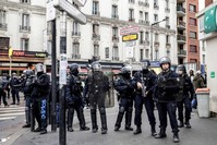 عناصر الشرطة أمام إحدى الثانويات التي تمت فيها أعمال شغب (الفرنسية)