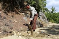 رمضان كوركوت يحفر الطريق كرمى لابنته كي تتمكن من الوصول إلى المدرسة (الأناضول)
