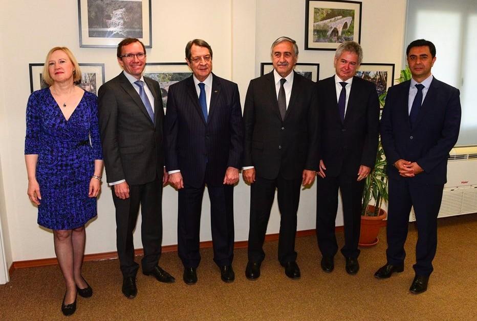 TRNC President Aku0131ncu0131 (C-R), Greek Cypriot leader Anastasiades (C-L), SASG on Cyprus Espen Barth Eide (2-L), SRSG Elizabeth Spehar (3-L), Greek Cypriot Negotiator Andreas Mavroyannis (2-R), Turkish Cypriot Negotiator u00d6zdil Nami (3-R) (AA Photo)