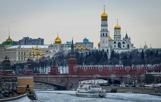 A tourist boat breaks through the frozen Moskva river outside the Kremlin in Moscow, Russia, March 13, 2018. AFP Photo