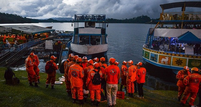 Rescue officials gather to take part in a search for survivors after the tourist boat Almirante sank in the Reservoir of Penol in Guatape municipality in Antioquia  on June 25, 2017. (AFP Photo)