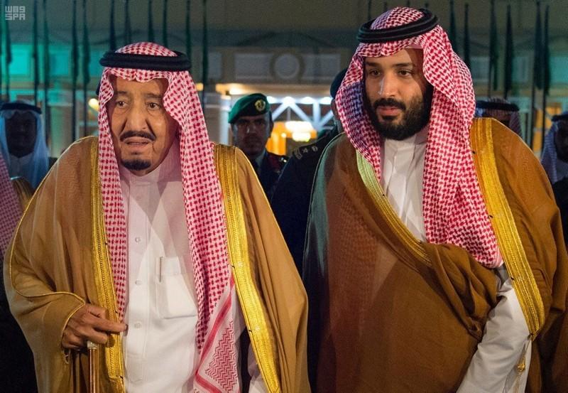 Saudi Arabia's King Salman bin Abdulaziz Al Saud walks with his son and Crown Prince Mohammed bin Salman, before King Salman leaves for Medina, in Riyadh, Saudi Arabia, November 8, 2017. (Reuters Photo)