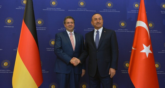 German FM Sigmar Gabriel (L) and Turkish FM Mevlüt Çavuşoğlu pose for photos after holding a joint press conference in Ankara, June 5, 2017. (FILE Photo)