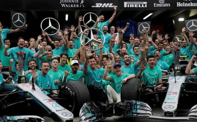 Mercedes drivers Lewis Hamilton and Valtteri Bottas, Executive Director Toto Wolff and team members pose after winning the constructors' championship at the Autodromo Jose Carlos Pace, Interlagos, Sao Paulo, Brazil, Nov. 11, 2018 (Reuters Photo)