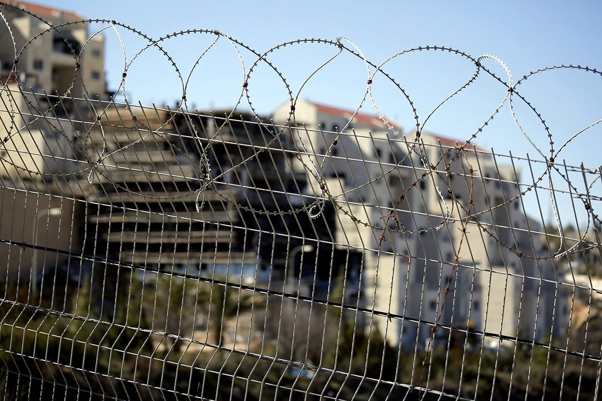 A new Israeli construction is seen through barbed wire in Kiryat Arba settlement near the West Bank city of Hebron, 07 February 2017. (EPA Photo)