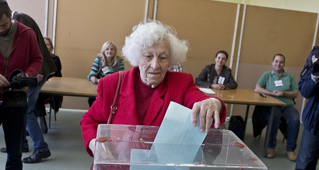 A woman casts her ballot for the presidential elections at a polling station in Belgrade, Serbia, Sunday, April 2, 2017 (AP Photo)