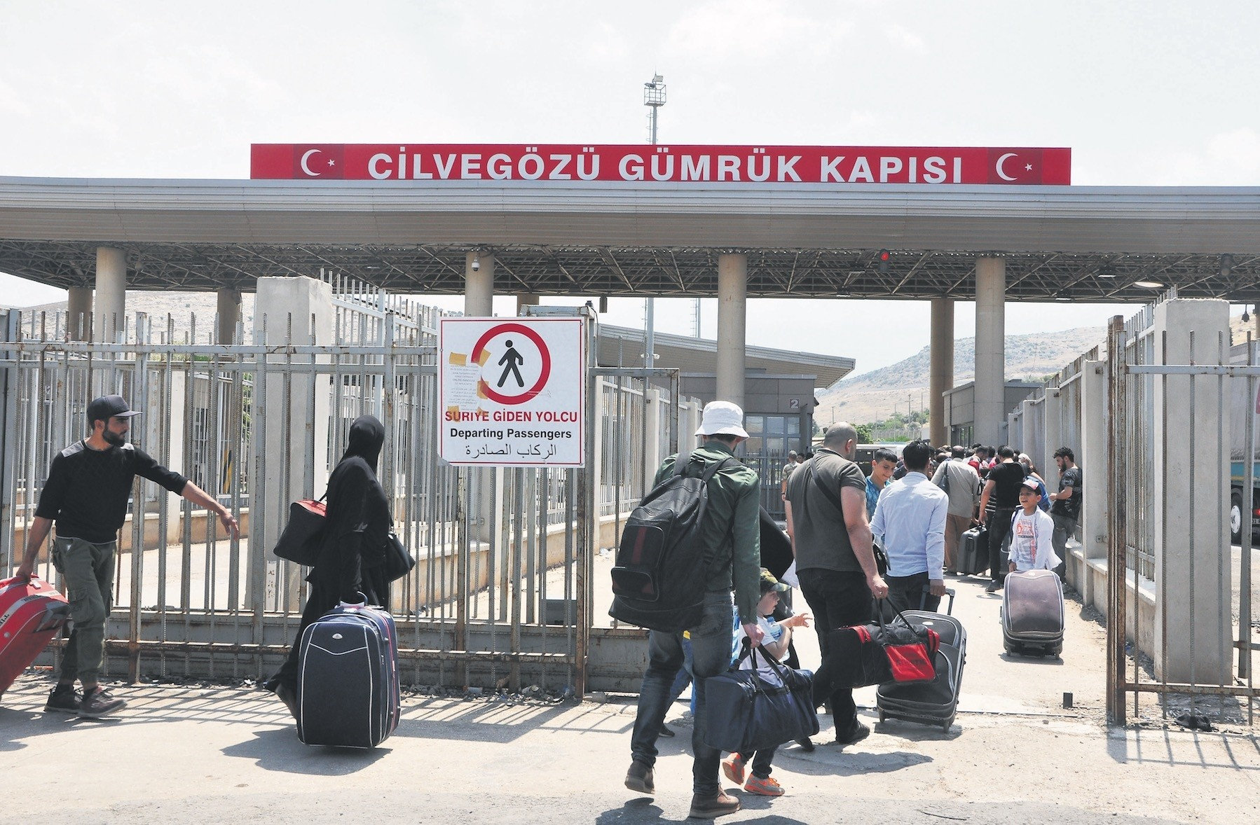 People head to Syria from the Cilvegu00f6zu00fc border crossing.
