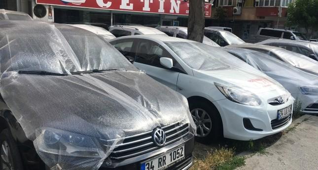 مواطنون غلفوا سياراتهم لحمايتها من البرد المتوقع أن يرافق العاصفة (IHA)