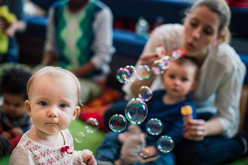 Picture taken on February 4, 2015, shows mothers with their babies who meet at Sollentuna library, north of Stockholm. (AFP Photo)