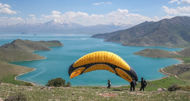 Adrenalin in nature: Paragliding over Lake Van